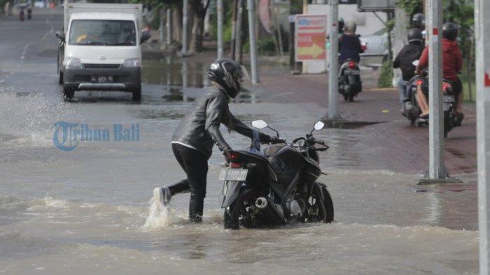 Hujan Mengguyur Denpasar dan Badung, Jalan Dewi Sri Terendam Banjir Setinggi Paha