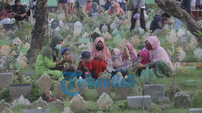 BACAAN Doa Ziarah Kubur, Tahlil, Doa Arwah & Suasana di Pemakaman Muslim Bali Jelang Ramadhan 2021