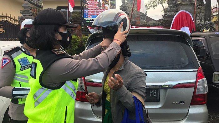 Belasan Polwan di Bangli Bagi-Bagi Helm Gratis