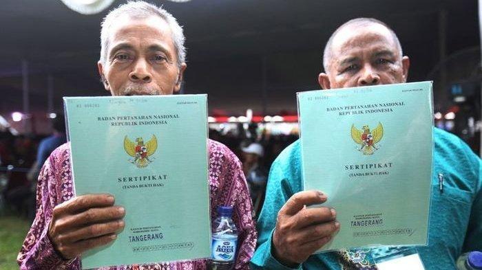 Sejumlah warga mendapatkan sertifikat tanah dari Presiden Republik Indonesia Joko Widodo (Jokowi) saat acara penyerahan sertifikat tanah di Serpong, Tangerang Selatan, Banten, Rabu (11/10/1017). Jokowi menyerahkan 10.100 sertifikat tanah kepada warga Tangerang Raya.