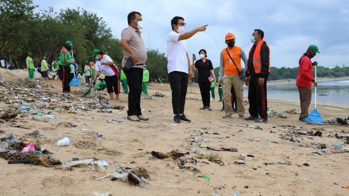 Pantau Kegiatan Bersih-bersih di Pantai Kuta, Sekda Adi Arnawa Support Tenaga Kebersihan