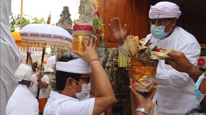Sekda Adi Arnawa Hadiri Acara Pemelaspas di Pura Luhur Uluwatu