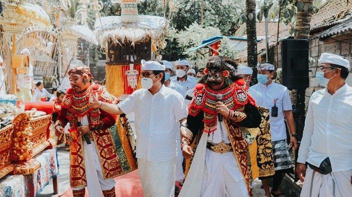 Sekda Adi Arnawa Hadiri Karya Piodalan Pura Ratu Gede Sakti Jaya Mangsa Desa Cemagi Badung