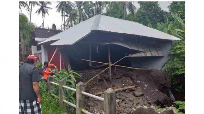 Sebuah Gudang di Karangasem Bali Jebol akibat Tergerus Aliran Sungai