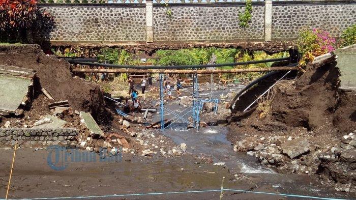 Tembok Kolam Taman Tirta Gangga Karangasem Ambruk, Puluhan Ikan Hias Terbawa Arus hingga ke Sawah