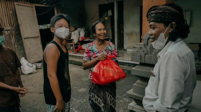 Seniman Widi S Martodiharjo Bagikan Sembako ke Warga Sekitar Kafe Serambut Widi Kopi Kertas Ubud