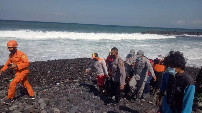 Seorang pemancing tersapu ombak di Perairan Bugbug, Kabupaten Karangasem, Bali pada Jumat 30 Juli 2021 siang.
