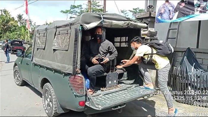 Babinsa Bangli Bantu Satgas Covid-19 Evakuasi Warga Terkonfirmasi Positif ke Tempat Isoter