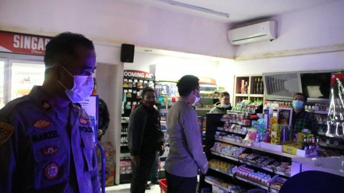 Kapolres Badung AKBP Roby Septiadi saat mengimbau untuk menutup mini market yang telah buka melewati batas waktu, jumat (1/1/2021) pagi.