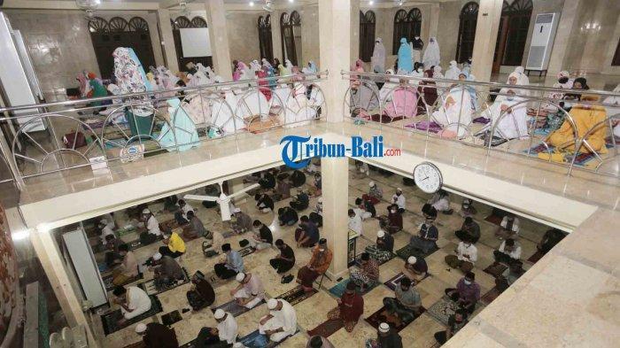 Umat muslim melaksanakan sholat Tarawih pertama pada Bulan Ramadhan 1442 H di Masjid At-Taqwa Polda Bali, Denpasar, Selasa 12 April 2021.  Pemerintah melalui kementerian Koordinator Bidang Pembangunan Manusia dan Kebudayaan memperbolehkan menggelar sholat Tarawih pada bulan Ramadan dengan menerapkan protokol kesehatan.