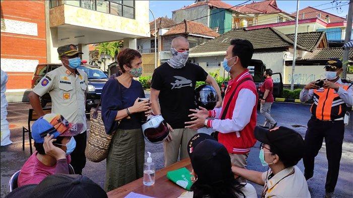 Seorang Perempuan Marah-marah Saat Akan Didenda Karena Tak Pakai Masker di Denpasar