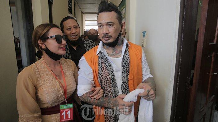 I Gede Ari Astina alias Jerinx kembali menjalani sidang kasus dugaan ujaran kebencian 'IDI Kacung WHO' di Pengadilan Negeri Denpasar, Selasa (17/11/2020). Kali ini, Jerinx menjalani sidang dengan agenda duplik.