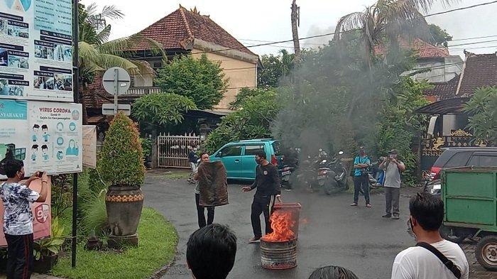 25 Warga dan Linmas Desa Dangin Puri Denpasar Ikut Simulasi Pemadaman Kebakaran