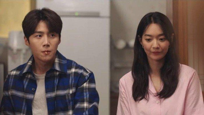 Sinopsis Drama Korea Hometown Cha-cha-cha Episode 2, Doo Shik Mencoba Membantu Hye Jin