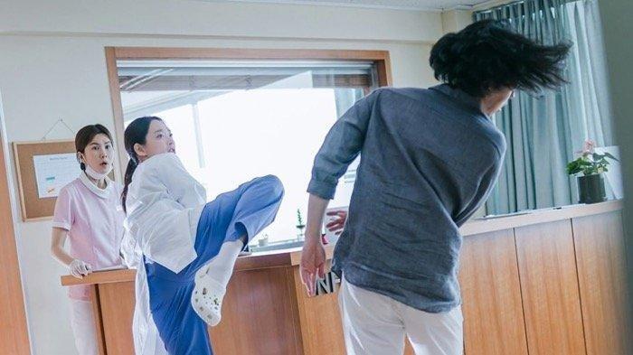 Sinopsis Drama Korea Hometown Cha-cha-cha Episode 4, Doo Shik dan Hye Jin Ditahan di Kantor Polisi