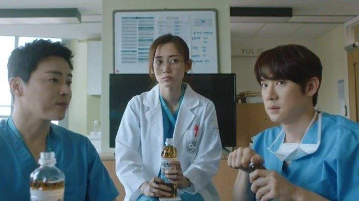 Sinopsis Drama Korea Hospital Playlist 2 Episode 11, Song Hwa Menyatakan Perasaanya Pada Ik Jun