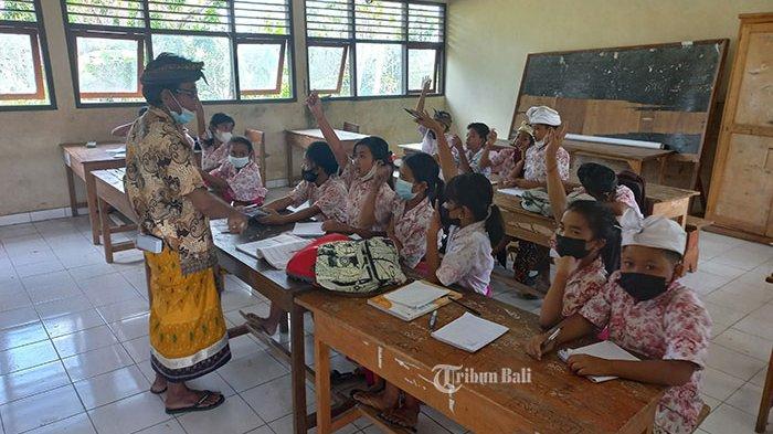 Sekolah Masih Direnovasi, Siswa SDN 4 Klumpu Klungkung Terpaksa PTM di Ruang Kelas yang Disekat