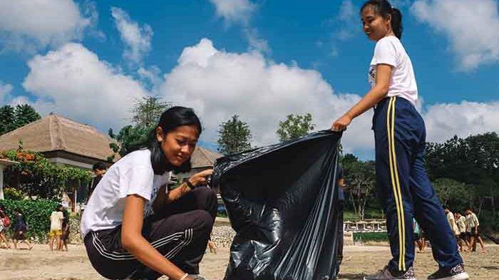 Rayakan Kelulusan UN, Siswa SMP Widiatmika Bersih-bersih Pantai Muaya Jimbaran