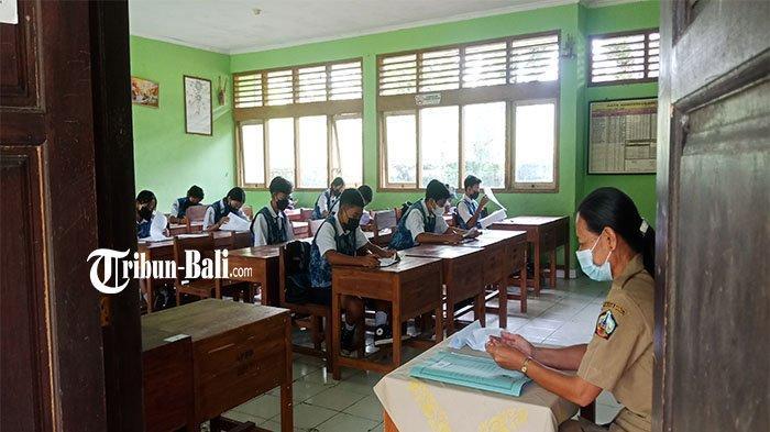 Hari Pertama Penerapan PTM Terbatas, Siswa SMPN 2 Bangli Langsung Melaksanakan PTS
