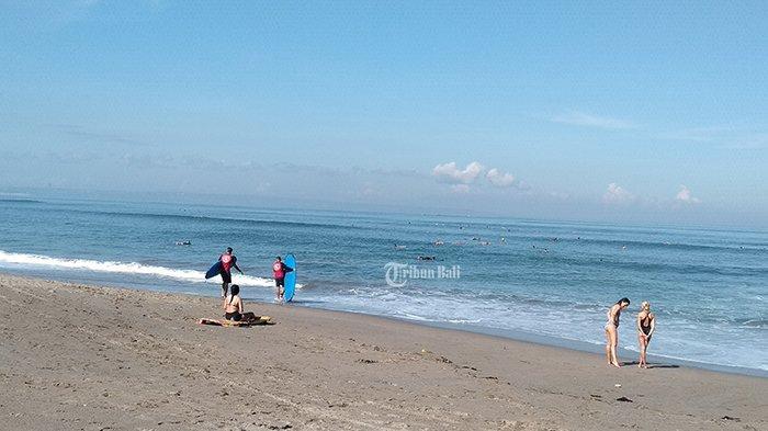 Akses Pantai Belum Dibuka namun Wisatawan SudahRamai Datangi Pantai Batu Bolong