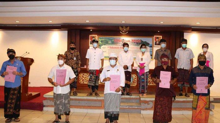 Dinas Kebudayaan Tabanan saat menyerahkan SK Penetapan Cagar Budaya di Ruang Rapat Lantai III Kantor Bupati Tabanan, Rabu 10 Pebruari 2021.