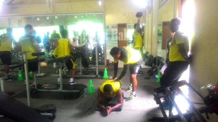 Tiba di Bali, Jackson F Tiago Gembleng Latihan Fisik Skuatnya
