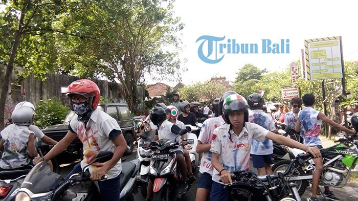 Ratusan Siswa Siswi di Denpasar Corat-coret Seragam dan Konvoi Rayakan Kelulusan