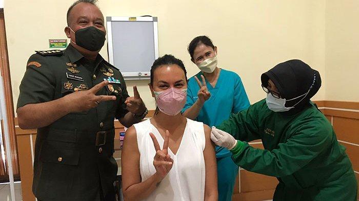 Ikuti Vaksinasi di RSAD Udayana Bali,Artis Sophia Latjuba:Tidak Sakit,Usai Vaksin Tetap Jaga Prokes