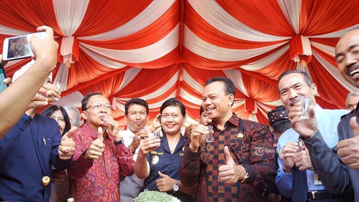 Gubernur Bali Wayan Koster bersama sejumlah pihak terkait saat menyosialisasikan Peraturan Gubernur (Pergub) Bali Nomor 1 Tahun 2020 Tentang Tata Kelola Minuman Fermentasi Dan/Atau Destilasi Khas Bali, di rumah jabatannya, Denpasar, Bali, Rabu (5/2/2020). Pemeritah Provinsi (Pemprov) Bali secara resmi telah mengundangkan Peraturan Gubernur (Pergub) Nomor 1 tahun 2020 tentang Tentang Tata Kelola Minuman Fermentasi Dan/atau Destilasi Khas Bali pada 29 Januari 2020.