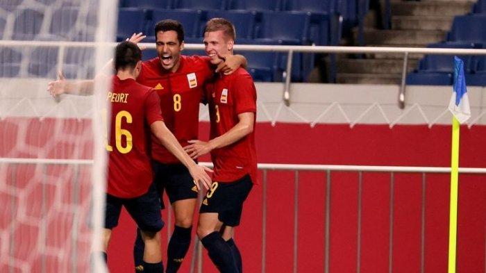 Gelandang timnas Spanyol, Mikel Merino (tengah), merayakan golnya bersama Pedri (kiri) dan Dani Olmo (kanan), dalam pertandingan melawan Argentina pada laga pamungkas Grup C Olimpiade Tokyo 2020 di Saitama Stadium, Rabu, 28 Juli 2021.