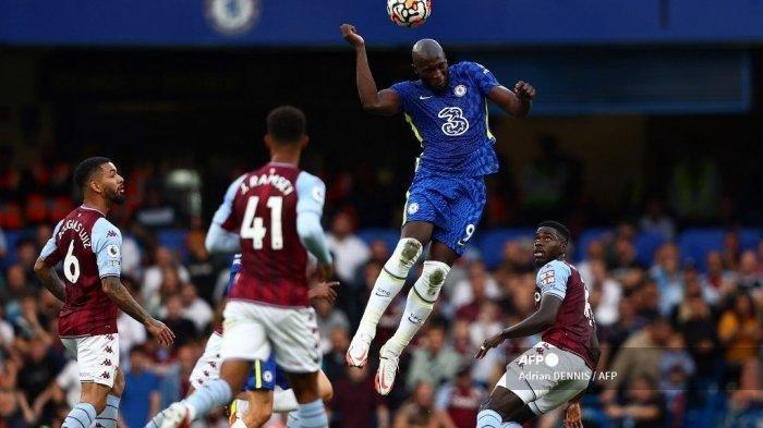 Striker Chelsea asal Belgia Romelu Lukaku (2R) melompat untuk menyundul bola saat pertandingan sepak bola Liga Inggris antara Chelsea dan Aston Villa di Stamford Bridge di London pada 11 September 2021. Adrian Dennis/AFP