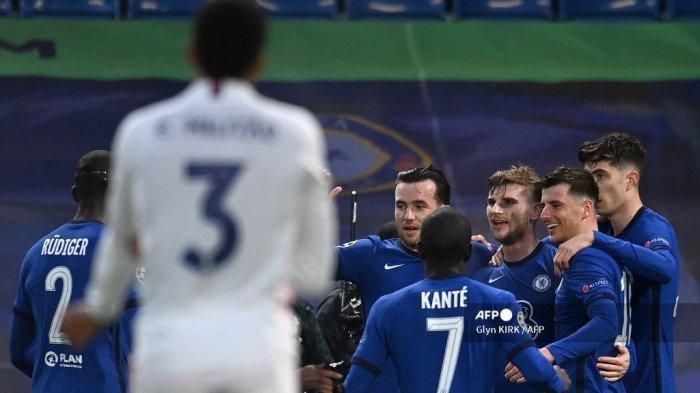 Striker Chelsea asal Jerman Timo Werner (3R) merayakan gol pembuka pada pertandingan leg kedua semifinal Liga Champions UEFA antara Chelsea dan Real Madrid di Stamford Bridge di London pada 5 Mei 2021.