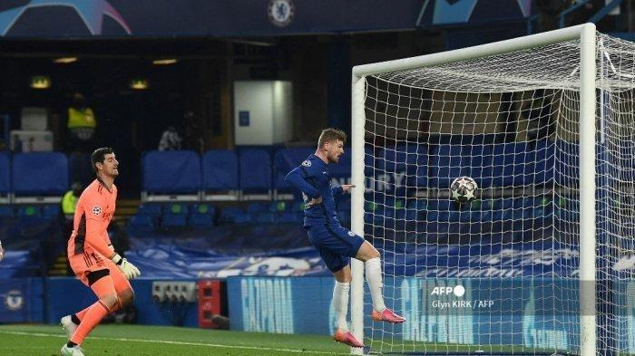 Striker Chelsea asal Jerman Timo Werner menyundul bola bulat untuk mencetak gol pembuka pada pertandingan leg kedua semifinal Liga Champions UEFA antara Chelsea dan Real Madrid di Stamford Bridge di London pada 5 Mei 2021.