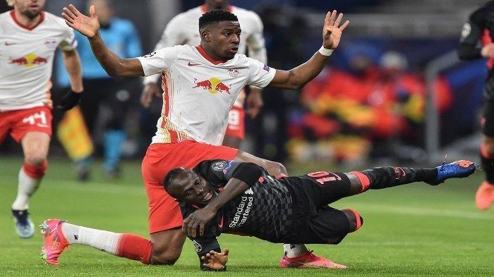 Striker Liverpool Senegal Sadio Mane dilanggar oleh bek Prancis Leipzig Nordi Mukiele selama pertandingan sepak bola leg pertama babak 16 besar Liga Champions UEFA antara RB Leipzig dan FC Liverpool di Puskas Arena di Budapest pada 16 Februari 2021.