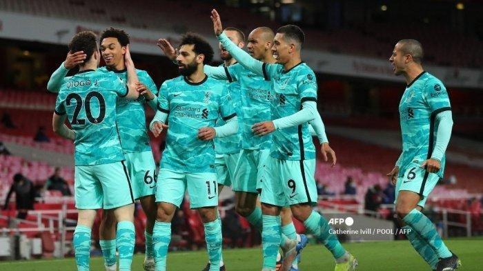 Striker Portugal Liverpool Diogo Jota (kiri) merayakan gol pembuka dengan bek Inggris Liverpool Trent Alexander-Arnold (kedua dari kiri) dan rekan satu timnya lainnya selama pertandingan sepak bola Liga Premier Inggris antara Arsenal dan Liverpool di Stadion Emirates di London pada bulan April 3, 2021.