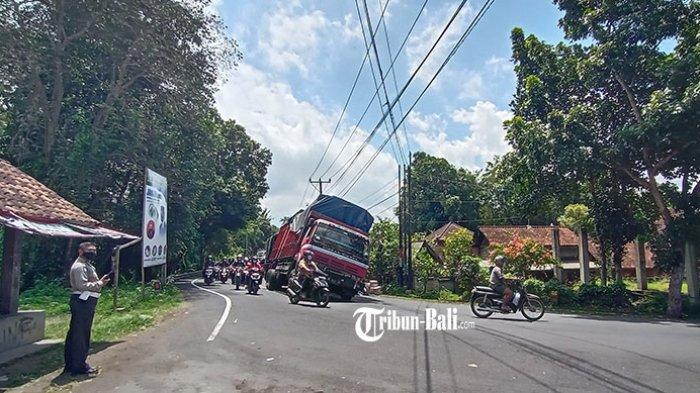 Truk Bermuatan 30 Ton Sebabkan Kemacetan Lalu Lintas di Jalur Tengkorak Denpasar-Gilimanuk