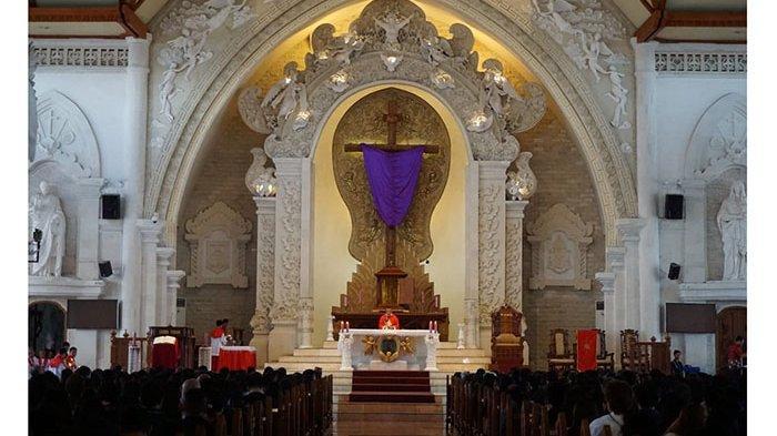 Umat Katolik Khusyuk Jalankan Ibadat Jumat Agung di Gereja Katedral Denpasar
