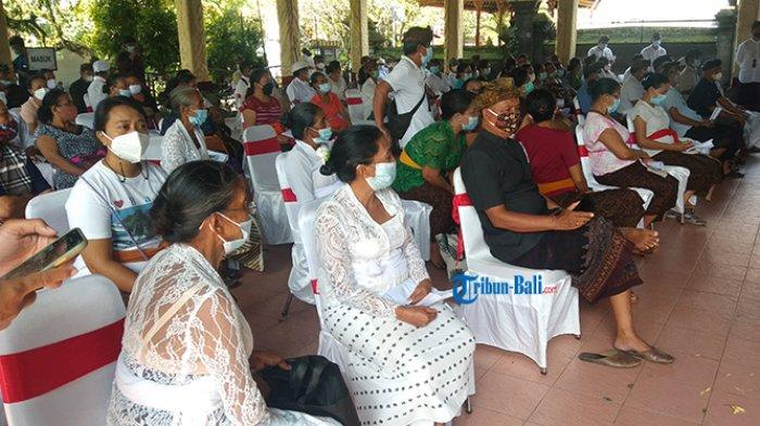 Penerima Vaksin Covid-19 Berkumpul di Wantilan Barat Puri Ubud, Siap Divaksin