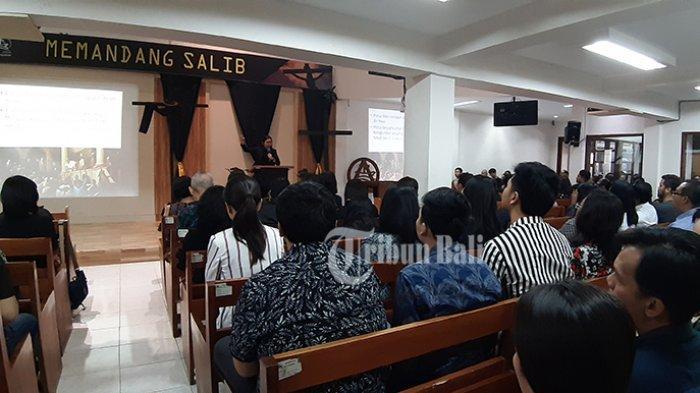 Ratusan Umat Kristiani Denpasar Khidmat Laksanakan Jumat Agung