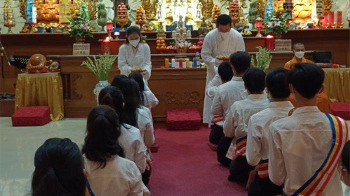 Kebaktian Malam Waisak di Vihara Buddha Dharma Bali Dihadiri Umat Secara Terbatas