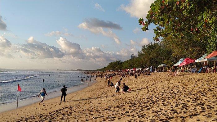 Suasana Pantai Kuta, Badung, Bali usai turun level pada Minggu 19 September 2021 sore.