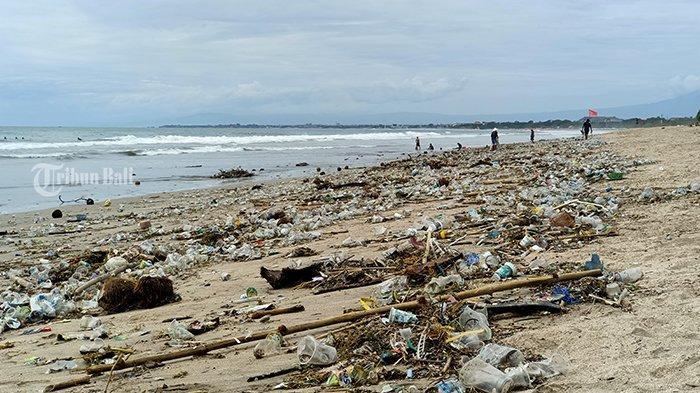 Penghujung Tahun 2020, Pantai Kuta Terlihat Sepi, namun Sampah Kiriman Tersebar Penuhi Bibir Pantai