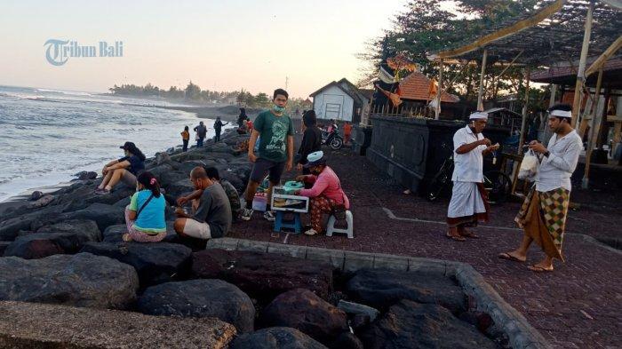 Pantai Lebih Gianyar Ramai Pengunjung di Hari Sabtu & Minggu, Deretan Restoran Kuliner Tetap Buka