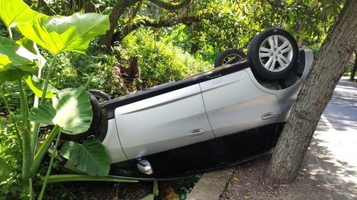Mobil Putih Terguling di Jalan Raya Denpasar-Gilimanuk, Diduga Stir Mobil Tak Stabil