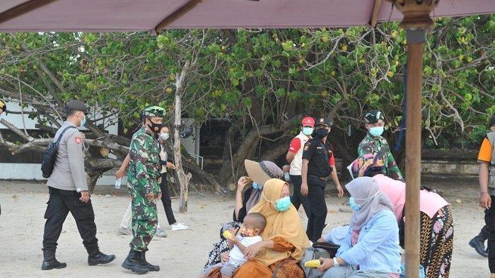 Petugas Gabungan Lakukan Pengawasan Protokol Kesehatan di Pantai Kuta