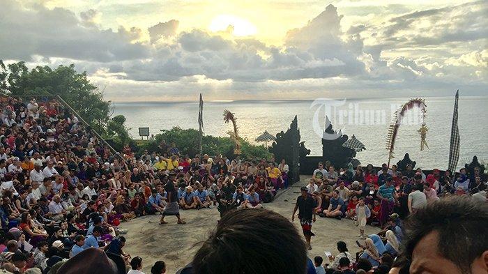 Suasana Pura Uluwatu sebelum pertunjukan Tari Kecak dimulai beberapa waktu lalu.