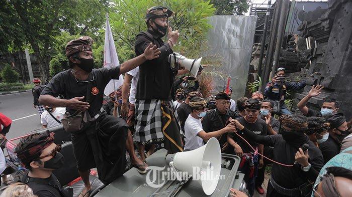 Suasana ricuh terjadi di Kantor Dewan Perwakilan Daerah (DPD) RI Perwakilan Bali di Renon, Denpasar, Bali, Rabu (28/10/2020) saat massa menemui DPD RI I Gusti Ngurah Arya Wedakarna Wedasteraputra Suyasa alias AWK.