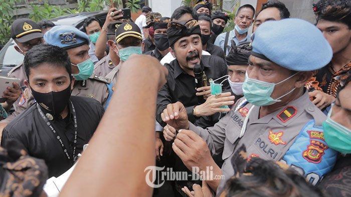 Foto-foto Massa Datangi Anggota DPD RI Arya Wedakarna Alias AWK Berujung Ricuh