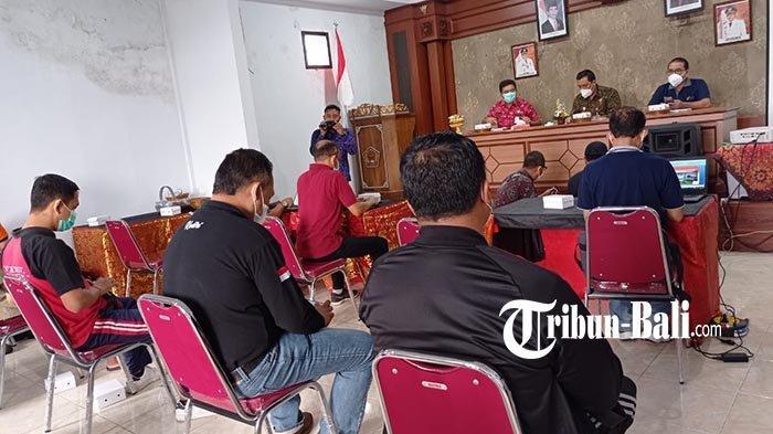 Hari Pertama Ngantor di Desa Dauh Peken, Bupati Tabanan Kumpulkan 5 Camat Daerah Rawan Covid