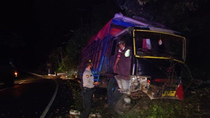 Persneling Bermasalah, Truk Bermuatan Rongsokan Tabrak Tiang Telepon di Jalan Denpasar-Gilimanuk